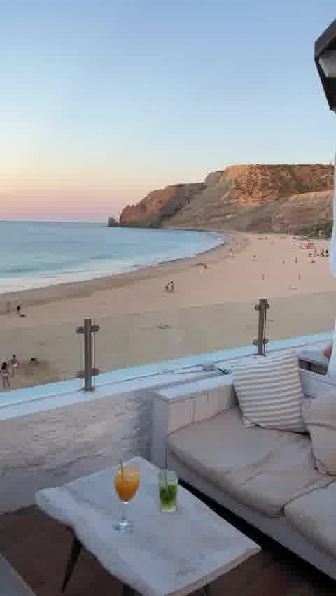 ✨ Wait for it!    This rooftop over Praia da Luz in Lagos, Algarve is breathtaking 🤩  Who would you share this view with?  .  🇫🇷 Cette terrasse au dessus de Praia da Luz à Lagos dans l'Algarve à une vue à couper le souffle 🤩  Avec qui aimerais tu partager cette vue?    📍 @zazubeachclub
